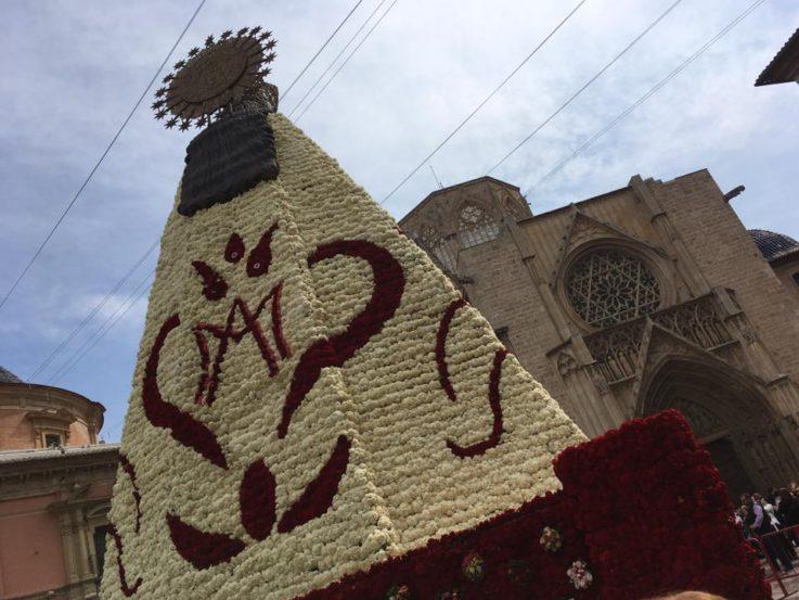 Ofrenda y manto de la Virgen de los Desamparados